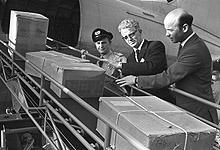 Fornebu, 1968: Elias Berge (i midten), ser personlig til at hjelpesendingene blir lastet ombord i fly. Foto: NTB / SCANPIX