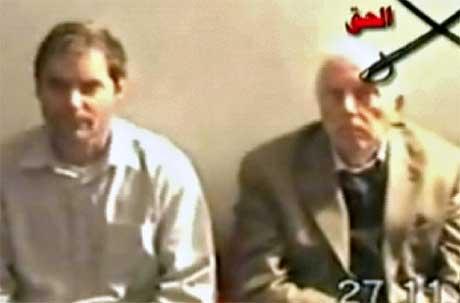 To av gislene på videoen fra den ukjente irakiske gruppen. (Foto: Al-Jazeera/ AFP/ Scanpix)