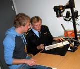 Per Olav og kriminaltekniker Gunnar Eide studerer et fotavtrykk. Foto: NRK