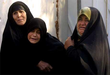 Desse kvinnene sørgjer over mannlege slektningar som vart drepne i angrepet mot minibussen. (Foto: AFP/Scanpix)