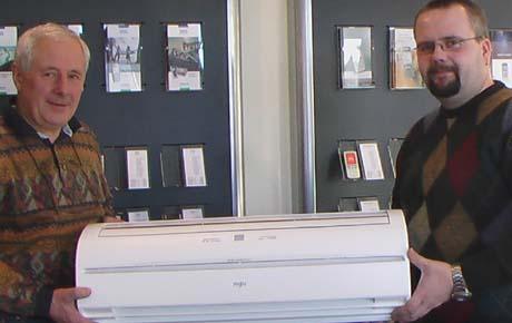 Varmepumpe. Økonomisjef Lars Terje Slåke og selger Lars Diesen ved Ustekveikja Energi vil at strømabonnentene skal kjøpe varmepumper. Foto: Gunnar Grimstveit, NRK.