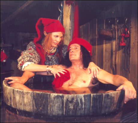 """""""Jeg hater å bade i ribbefett!!"""" sier nissen i en kommentar etter at Brennpunkt avslørte hvordan han kommer seg ned i alle pipene julaften. (Willy Haugvik)Foto: NRK"""