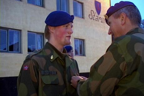 Hærsjefen takker og hedrer ingeniørsoldat Per Ståle Sollied (Foto: Arild D. Moe, NRK)