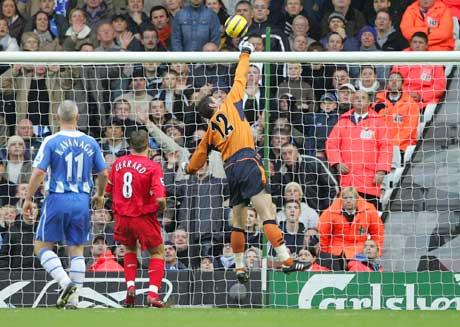 Steven Gerrard ser ballen gå i mål og Peter Crouch scorer sitt første Liverpool-mål. (Foto: AP/Scanpix)
