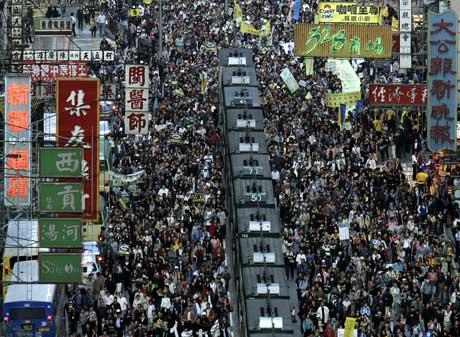 Titusener demonstrerte i Hong Kongs gater i dag. Foto: AP/Scanpix