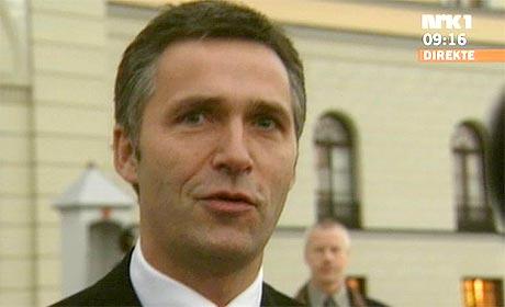 PÅ SLOTTSPLASSEN: Statsminister Jens Stoltenberg kom etter det ekstraordinære statsrådet ut på Slottsplassen for å fortelje omverda om namnet. (Foto: NRK)