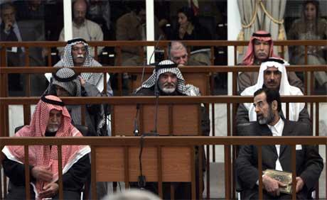 Sadam Hussein og dei medtiltalte fotograferte i retten i dag. (Foto: AP/Scanpix)