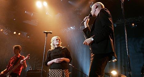 Madgraguda hadde konsert i Oslo Spektrum fredag kveld, her sammen med Ane Brun. Duetten med Ane Brun - «Lift me» - fulgte som et pustehull før det var ned i Madrugada-land med «Black Mambo» og strykerne fra Bodø. Foto: Scanpix.