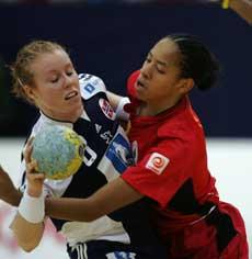 Norge og Karoline Dyhre Breivang slet mot Angola, men dro tilslutt iland en 36-30-seier. (Foto: Scanpix)