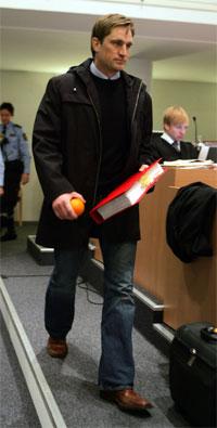 Tiltalte Kjell Alrich Schumann ankom rettslokalene uten fotlenker da NOKAS-rettssaken fortsatte i Stavanger tingrett tirsdag morgen. Foto: Scanpix