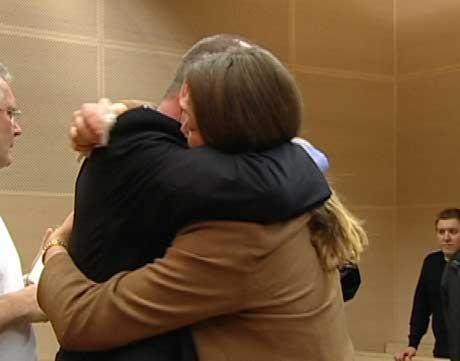 Arild Braathen fikk seiersklem av kona. Foto: NRK