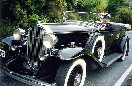 Karl Mjelva tar programleder Haakon D Blaauw og lytterne med på en kjøretur i en 1932-modell Buick. Foto: Haakon D Blaauw