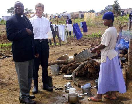 Jan Egeland besøker hjemløse i Harare. Foto: Scanpix/AFP.