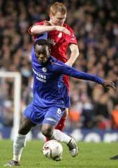 John Arne Riise og Michael Essien i kamp om ballen. Riise og Liverpool vant gruppa foran Chelsea. (Foto: AP)