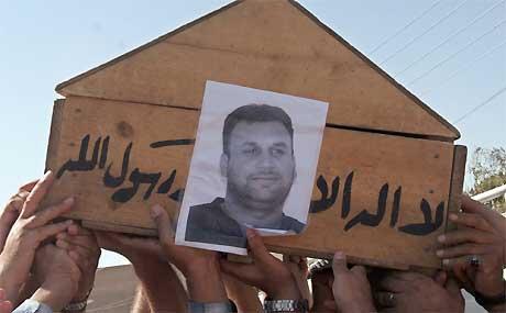 Venner og kolleger bører kisten til den drepte Reuters-journalisten Waleed Khaled. Khaled ble skutt i Bagdad 28. august i år. Foto. AP/Scanpix