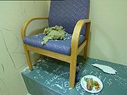 Denne stolen skulle ikke stå i cella. Det gjorde den og dermed kom mannen seg ut gjennom taket. (Foto: NRK)