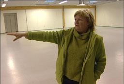 Anneli Osterdahl viser frem de tomme lokalene. Foto: Gard Brox Jensen/NRK