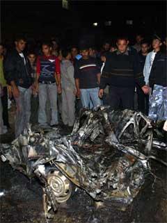 Det var ikkje mykje att av bilen som vart treft av ein rakett i Rafah. (Foto: AFP/Scanpix)