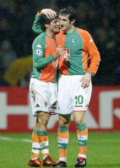 Werder Bremens Nelson Valdez (t.h.) og Johan Micoud jubler etter et av målene mot Panathinaikos. (Foto: Reuters/Scanpix)