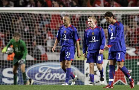 Edwin van Der Sar plukker ballen ut av målet mens Mikael Silvestre, Paul Scholes og Cristiano Ronaldo går skuffet bort. (Foto: AP/Scanpix)