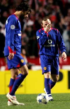 Manchester Uniteds Wayne Rooney og Ruud Van Nistleroy gikk tomme for ideer utover i 2. omgang. (Foto: AFP/Scanpix)
