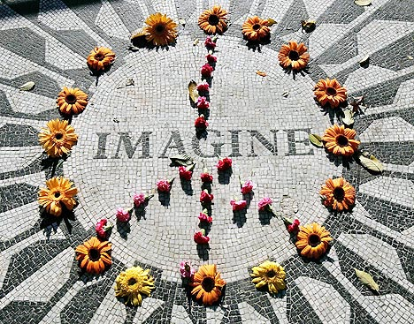 Torsdag er det 25 år siden John Lennon ble skutt og drept utenfor sitt hjem i New York. En del av Central Park - kalt Strawberry Fields - er viet Lennons minne. Foto: Shannon Stapleton, Reuters / Scanpix.