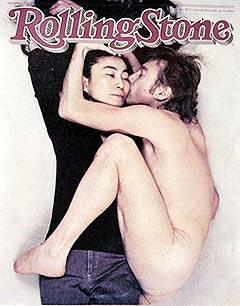 John Lennon og hans kone Yoko Ono i et av tidenes mest berømte rockefotografier, på forsiden av Rolling Stone. Foto: AP Photo / Scanpix.