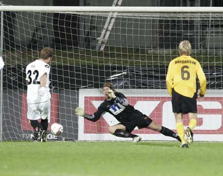 Starts keeper Kenneth Høie redder en straffe fra FC Midtjylland-spilleren Kristian Bak Nielsen. (Foto: Bjørn Sigurdsøn/Scanpix)