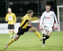 Todi Jönsson scoret Starts mål. Her i kamp med Midtjyllands Mikkel Thygesen. (Foto: Bjørn Sigurdsøn/Scanpix)