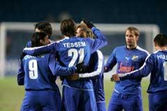 Jo Tessem (21) blir gratulert av noen av sine medspillere etter 1-0 målet (Foto: Håkon Mosvold Larsen/SCANPIX)