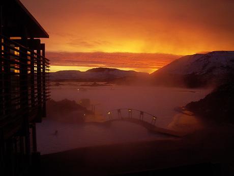 Utrolig flott lys dersom man vil nyte solnedgangen i den Blå Lagune. Foto Blå Lagune.