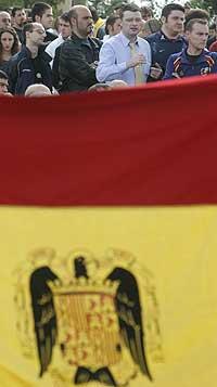 MINTES GENERAL FRANCO: Høgre-ekstreme demonstrantar bak eit gigantisk spansk flagg frå Franco-tia markerer nasjonaldagen 12. oktober 2005. (Foto: Manu Fernandez/AP/Scanpix)