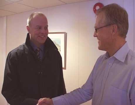 Hans Rindal (tv) blir godt tatt i mot som konsernsjef i Moelven Industrier (Foto: Stein Schinstad)