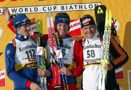 Lars Berger og Frode Andresen på seierspallen i Hochfilzen sammen med Sven Fischer. (Foto: AFP/Scanpix)