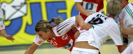 Isabel Blanco i kamp mot Gabriella Kindl under kampen mot Ungarn i Håndball-VM i St.Petersburg i Russland lørdag. (Foto: Morgen Holm / SCANPIX.)