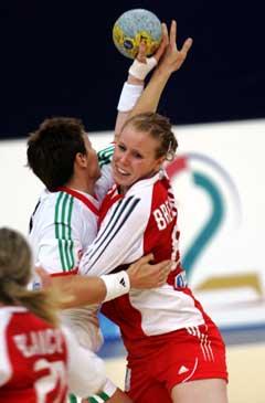 Norges Karoline Breivang i kamp med en ungarsk spiller i den viktige kampen mot Ungarn i håndball-VM I St Petersburg i Russland lørdag (Foto: Morten Holm / SCANPIX.)