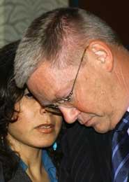 Tyskeren Detlev Mehlis (t.h.) leder FN-kommisjonen som gransker drapet. Her lytter han til en oversetter (Scanpix/AP)