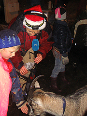 Barna lot seg begeistre av geita. Foto: Per Kristian Johansen, NRK