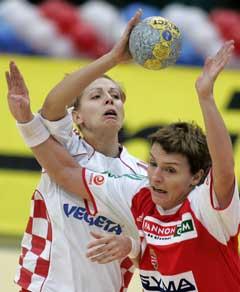 Kroatias Ivanka Hrgovic (t.v.) prøver å stoppe Ungarns, Timea Toth. (Foto: AP/Scanpix)