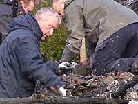 Kripos arbeider i ruinane. Foto: Cosmin Cosma, NRK