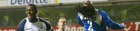 Ledley King feirer utligningen mot Portsmouth. (Foto: AP Foto/ SCANPIX)