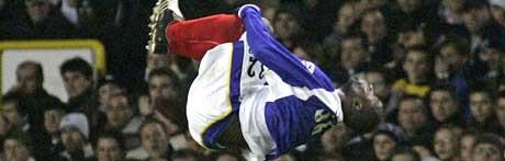 LuaLua feirer 1-0-målet mot Tottenham på akrobatisk vis. Men det holdt ikke for Portsmouth. (FOTO REUTERS/ SCANPIX)