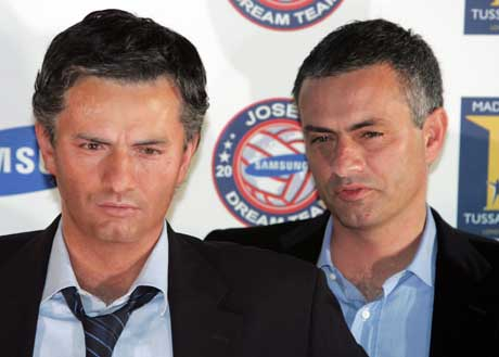 Chelsea-manager Jose Mourinho (t.h) er nå kommet i voksfigur hos Madame Tussauds vokskabinett i London. (Foto: Reuters/Scanpix)