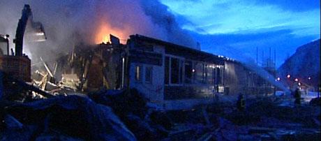 Brannmannskaper forsøkte å få kontroll over flammene i morgentimene. Foto: NRK