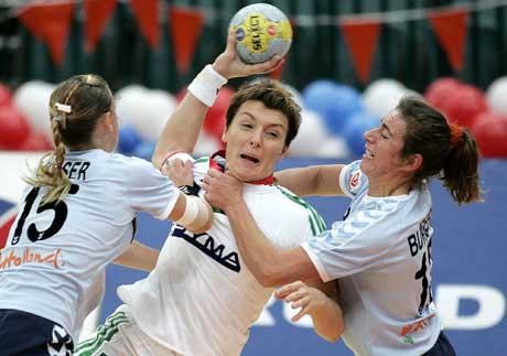 Ungarns Timea Toth kaster seg gjennom og scorer mot Nederland. (Foto: AP/Scanpix)