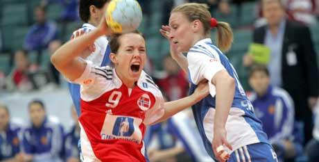Kristine Lunde under den andre mellomspillkampen i håndball-VM mot Russland i St. Petersburg tirsdag kveld. (Foto: Morten Holm / SCANPIX)