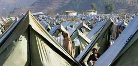 Jordskjelvofrene i Pakistan trenger hjelp, mens nødhjelp står på lager på Lørenskog. Foto: Heiko Junge, Scanpix