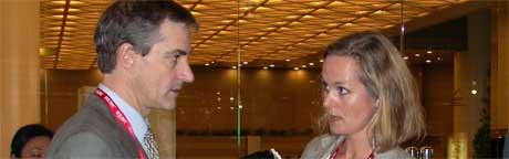 Utenriksminister Jonas Gahr Støre i samtale med pressetalskvinne Anne Lene Dale Sandsten. Foto: Scanpix