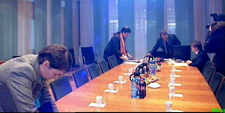 ÅRETS SISTE OG VIKTIGSTE?: Styret i Avinor i det de ankom styremøtet i dag formiddag. Foto: NRK.