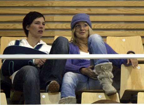 Gro Hammerseng (t.h.) og Katja Nyberg er skadet og må se håndball-VM fra tribunen. (Foto: Niels Henrik Dam / SCANPIX)
